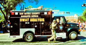 Analisi SWAT: militare americano in parata a fianco di un furgone blindato